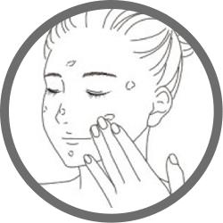 2. お顔の数か所クリームを置き、優しくタッピングしながらクリームを広げ入れ込んでください。